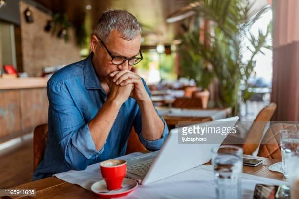 burnout is killing his career - falência imagens e fotografias de stock