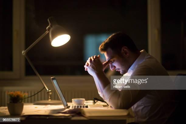 burnout is killing his career - esgotamento psicológico imagens e fotografias de stock