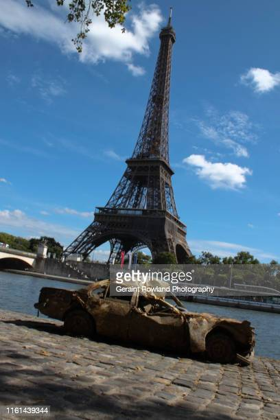 burnt out car & eiffel tower - graphic car accidents stock pictures, royalty-free photos & images