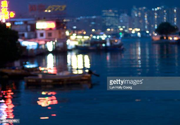 burred lights reflected in harbour water - lyn holly coorg stock-fotos und bilder