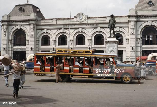 Bus ancien devant la gare de Medellin Colombie