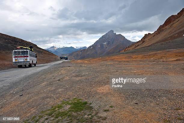 bus und militär fahrzeuge an manali indien-leh road - kashmir stock-fotos und bilder
