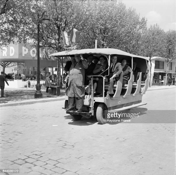 Bus circulant à l'intérieur de la foire de Paris à Paris France en 1956