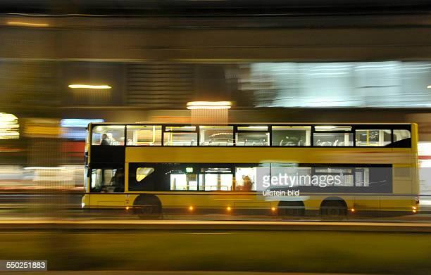 Bus der BVG fährt durch das nächtliche Berlin