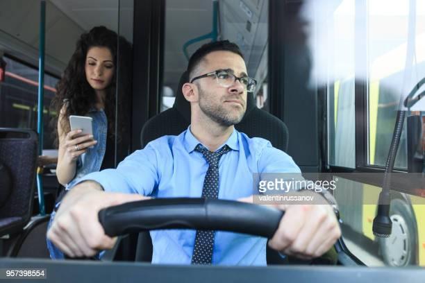 busfahrer bei der arbeit - berufsfahrer stock-fotos und bilder