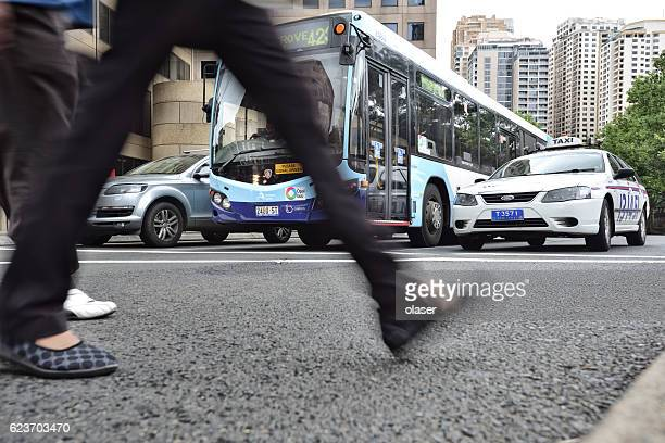 bus in city traffic, rush hour - pedestre - fotografias e filmes do acervo