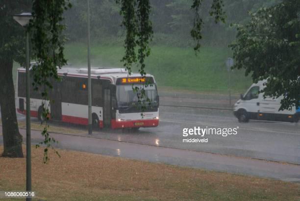 雨の中のバス - オランダ リンブルフ州 ストックフォトと画像