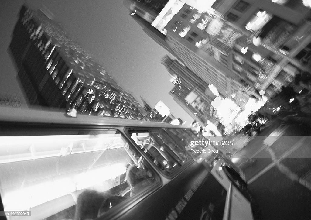 Bus in street at night, blurred, b&w : Stockfoto