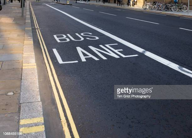 bus lane in a city street, london - marca de rua - fotografias e filmes do acervo
