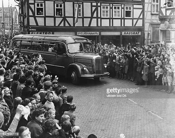 Bus mit Heimkehrern auf dem Weg nach Friedland wird in Eschwege verabschiedet 1955