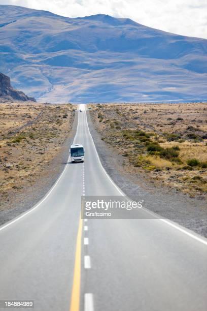 Autobus sur la route en Argentine Patagonie près de Calafate