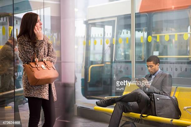 Gare routière de travailleurs à envoyer des SMS
