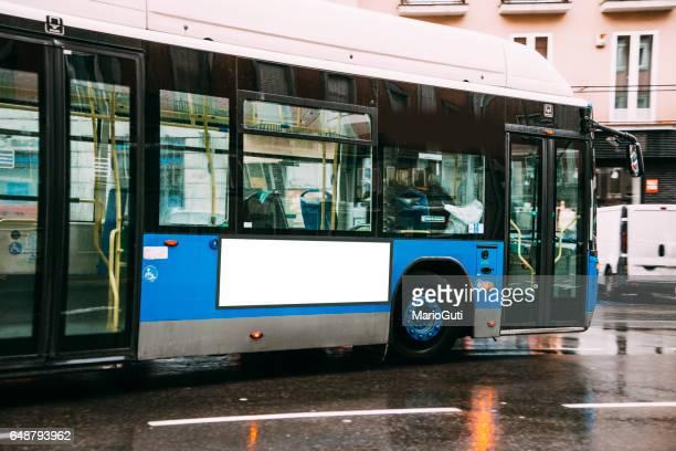 bushaltestelle mit einer leeren plakatwand  - bus stock-fotos und bilder