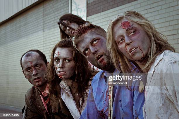 parada de autobús estremécete de miedo con zombies - zombie fotografías e imágenes de stock