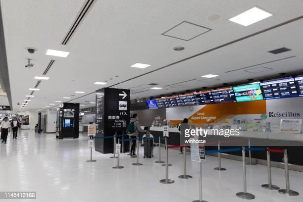 成田国際空港のバスチケットカウンター - chiba bus ストックフォトと画像