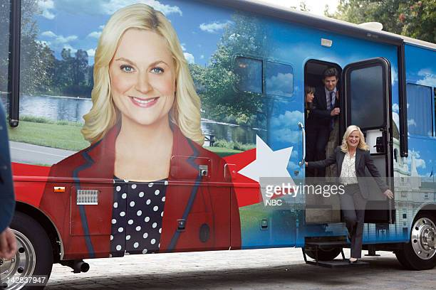 RECREATION Bus Tour Episode 421 Pictured Rashida Jones as Ann Perkins Adam Scott as Tom Wyatt Amy Poehler as Leslie Knope