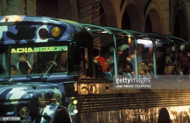 Bus transportant les habitants jusqu' la plage lieu d amusement Bus transportant les habitants jusqu' la plage lieu d amusement