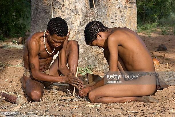 Buschmänner entfachen mit Hilfe eines Stöckchens Feuer Namibia
