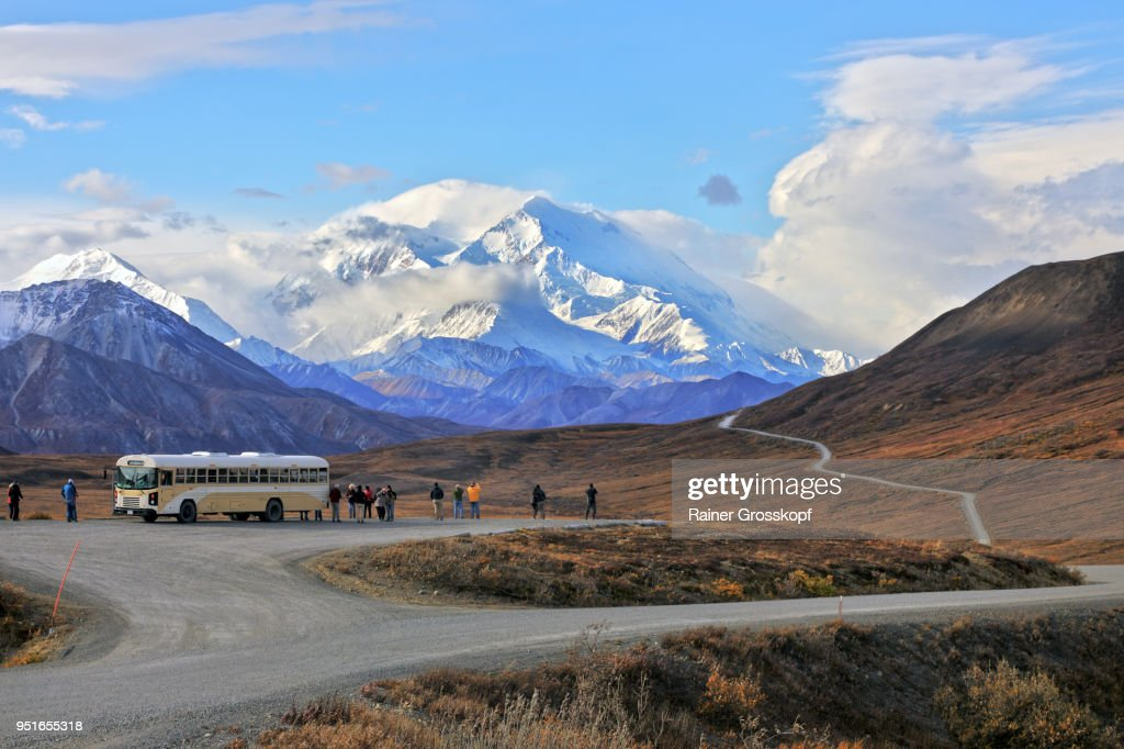Buses and tourists at viewpoint with Mount Denali in background : Stock-Foto