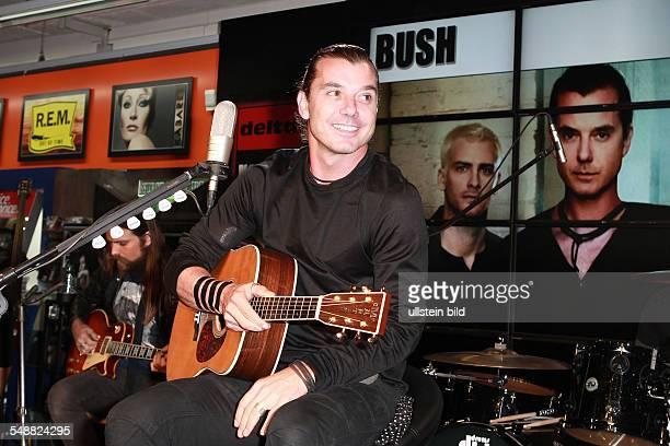Bush die britische Rockband mit Saenger Gavin Rossdale bei einem Akustikkonzert und Autogrammstunde am bei Saturn in der Hamburger Innenstadt