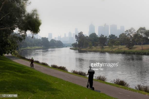 bush fire smoke haze over melbourne city and yarra river, australia - ヤラ川 ストックフォトと画像