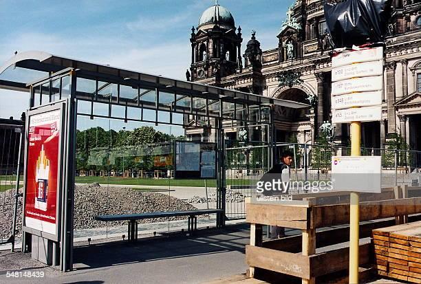 Bushaltestelle mit BVG Wartehäuschen vor dem Lustgarten in Mitte, re. Der Dom - Mai 1999