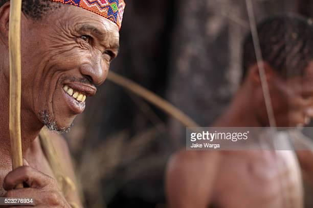bushman hunters, nhoma camp, bushman/ju'hoansi people, namibia - namibia fotografías e imágenes de stock