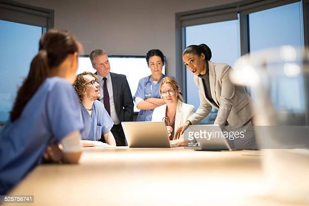 Affaires et médecine travaillant ensemble