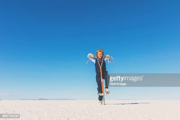 Business-Boy auf Salinen mit Pogo Stick
