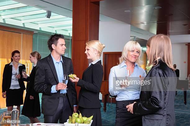 Un buffet pour les déjeuners d'affaires de jeunes professionnels dans un immeuble de bureaux