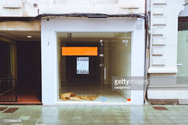 business closed with rental sign in spanish - ヒホン ストックフォトと画像