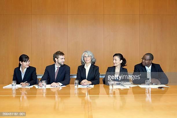 お仕事仲間とのテーブルのコンファレンスルーム