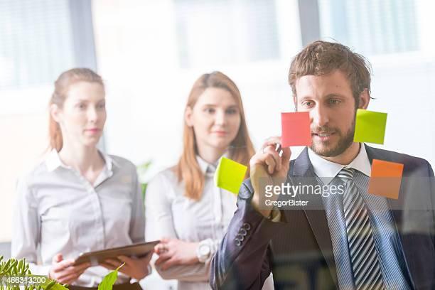 Colegas de negocios brainstorming ideas