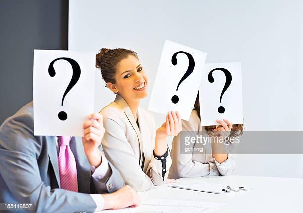 Führungskräfte auf ihren Gesichtern mit Fragezeichen