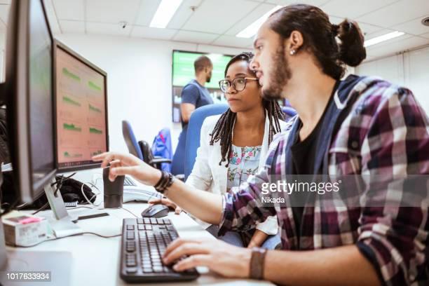 Geschäftskollegen diskutieren am Schreibtisch im Büro