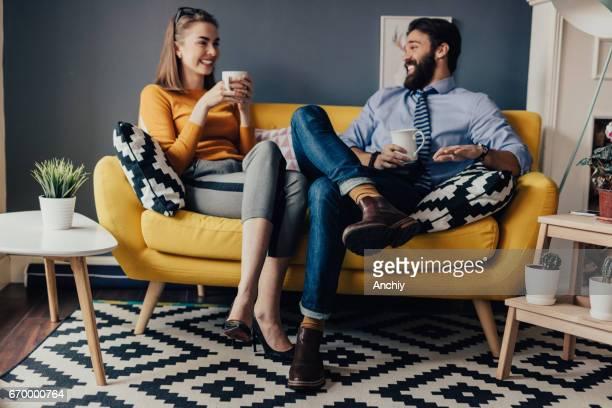 Geschäftskollegen genießen freie Zeit im Büro Pausenraum