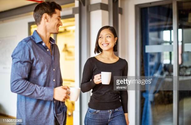 collègues d'affaires ayant une pause-café - pause café photos et images de collection