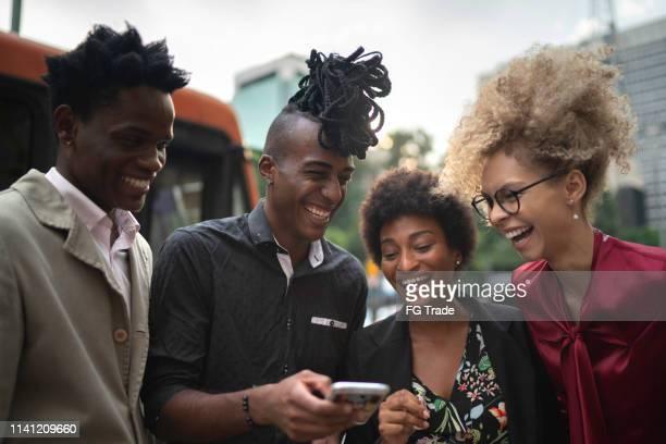 zakelijke collega's plezier met mobiel op de stad - mobile stockfoto's en -beelden