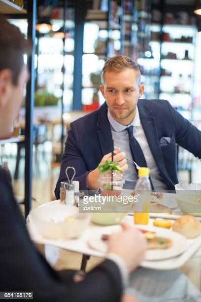 Collègues de travail dans la cantine déjeuner