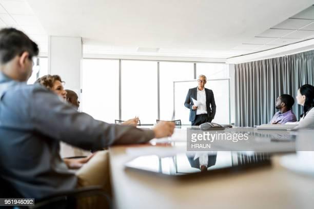 collega's in de vergadering op vergadertafel - vergaderruimte stockfoto's en -beelden