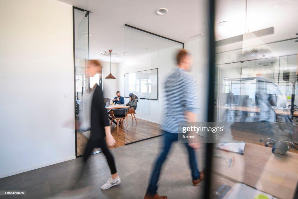 Geschäftskollegen in Motion Past Office Konferenzraum : Stock-Foto