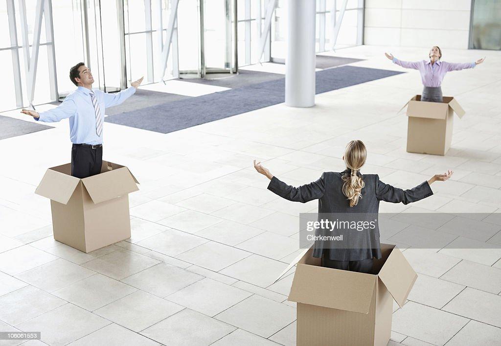 Kollegen im Karton Kartons mit Armen outstretche : Stock-Foto