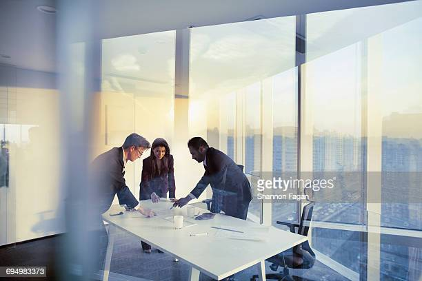 business colleagues planning together in meeting - zakenbijeenkomst stockfoto's en -beelden