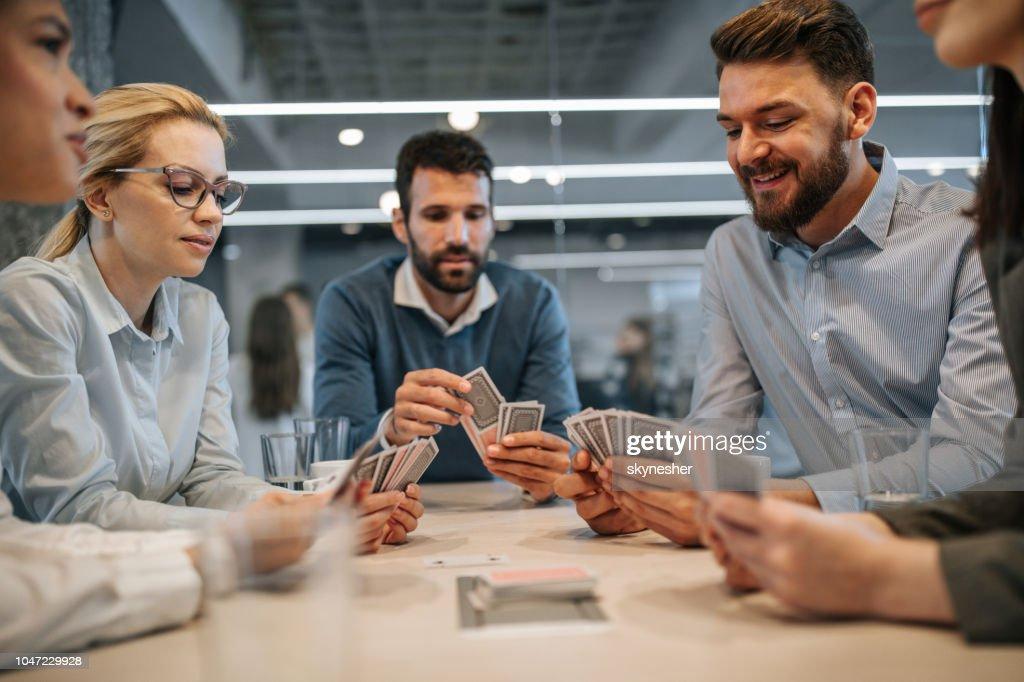 Negócios colegas jogando cartas em uma pausa no escritório. : Foto de stock