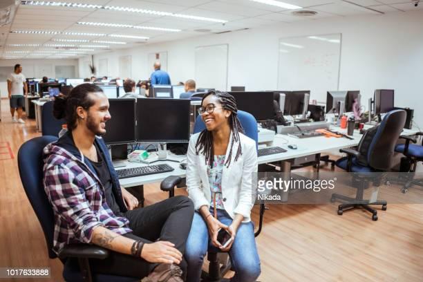 Geschäftskollegen sprechen am Schreibtisch im Büro