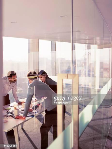 colegas de negocios hablando en la reunión de planificación - emprendedor fotografías e imágenes de stock