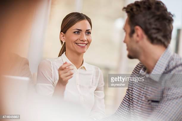 Colegas de negocios hablando con los demás en la oficina.