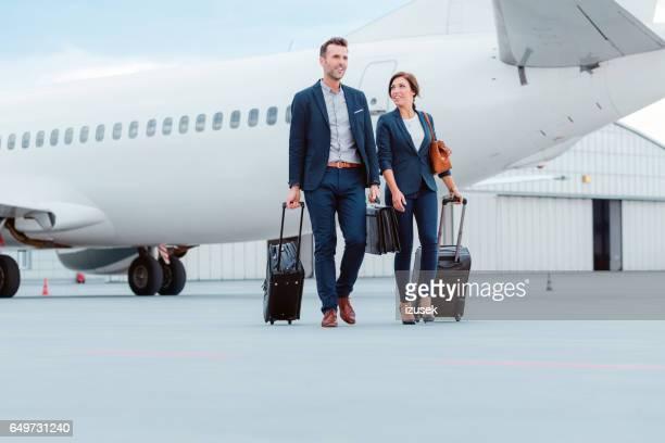 ビジネス同僚の飛行機の前に tramac の上を歩きます。