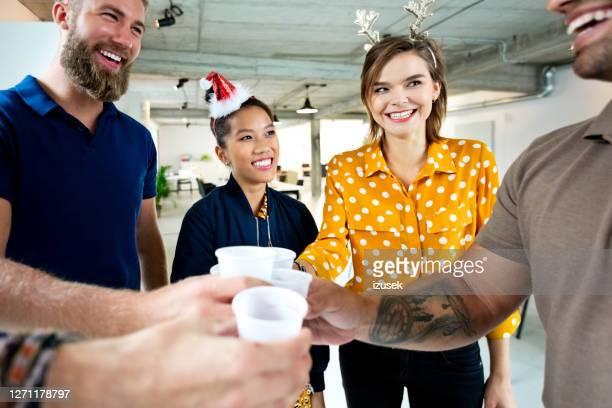 bedrijfscollega's met koffie bij nieuwe werkplaats - izusek stockfoto's en -beelden