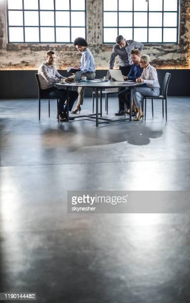 zakelijke collega's die aan een vergadering op kantoor werken. - netjes informeel stockfoto's en -beelden